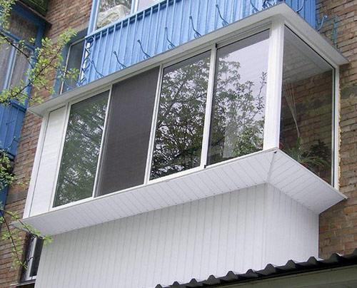 Внешний вид остекленного балкона с выносом