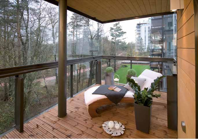 Внешний вид балкона с витражным остеклением