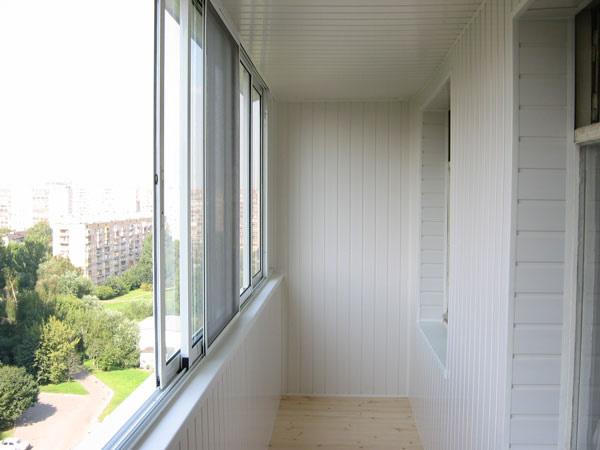 Внешний вид балкона отделанного вагонкой
