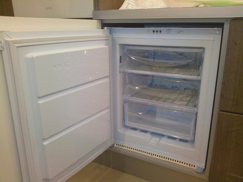Вид морозильной камеры встроенной в шкаф