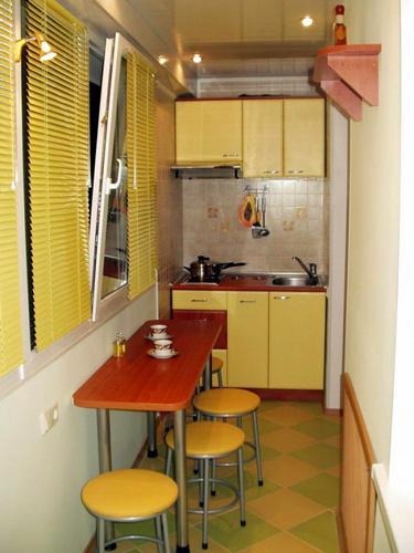 Печка и шкафчик над ней на балконе