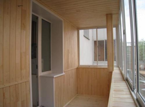 Фото балкона, отделанного вагонкой