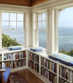 Идея использования балконного помещения в качестве библиотеки
