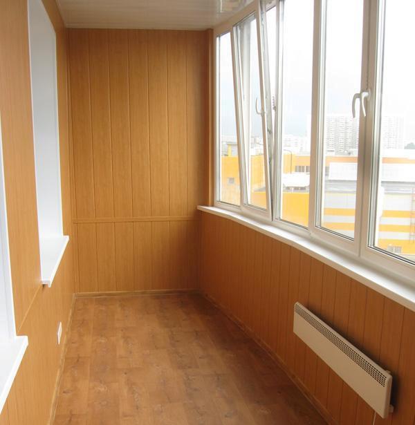 Внешний вид балкона обшитого МДФ панелями
