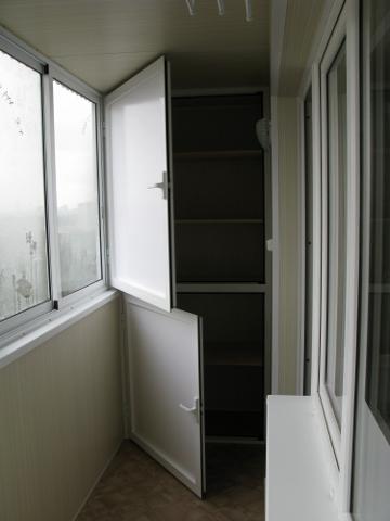 Вид встроенного шкафа на лоджии