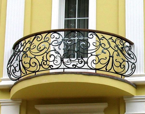 Фото полукруглого кованого балкон