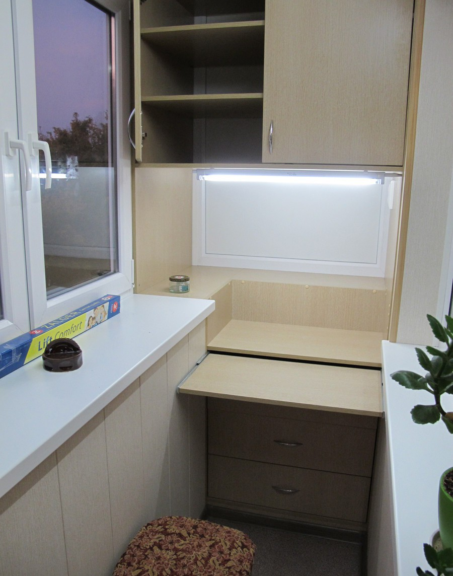 Внешний вид шкафа со встроенной морозильной камерой