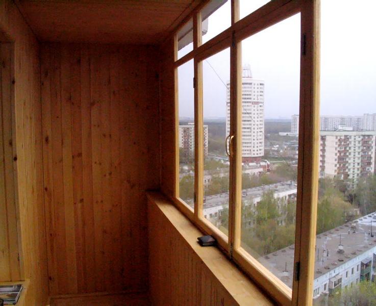 Вид балкона остекленного деревом