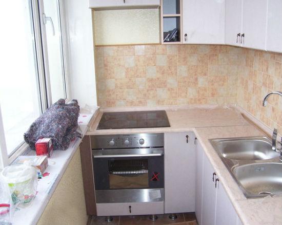 Вариант оборудованной кухни на балконе