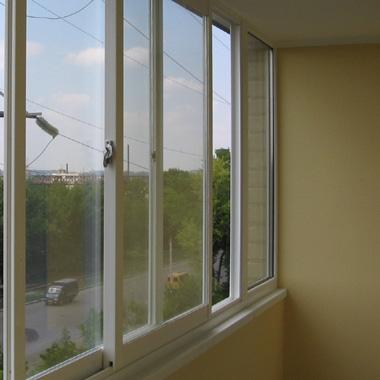 Вид изнутри на лоджии остекленной раздвижными окнами