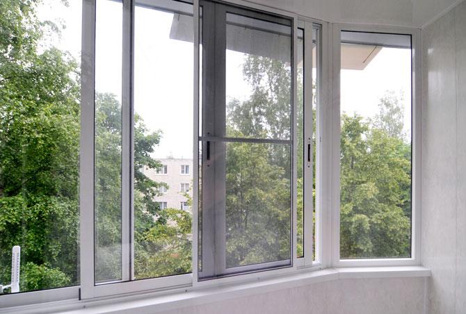 Раздвижные окна на балконе вид изнутри