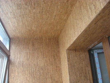 Оклейка балкона обоями