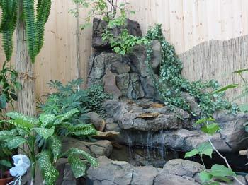 Небольшой водопад для увлажнения воздуха в саду